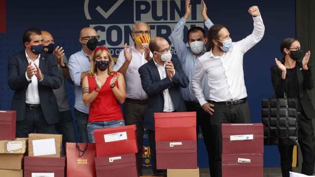 Celebración de los impulsores de la moción contra Bartomeu