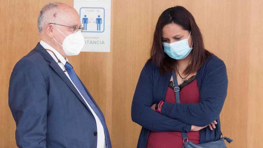 Mariela, junto a su representante legal Luis Marín
