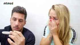 Yoli y su pareja Jorge conociendo el resultado del test de embarazo.