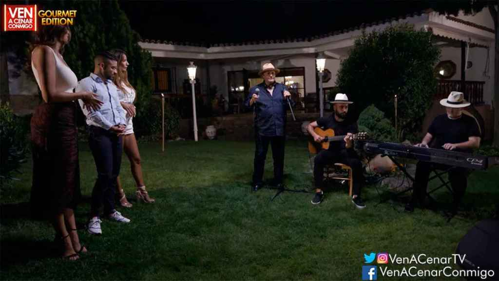 Amador Mohedano terminó la velada cantando.