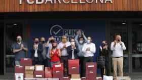 Los impulsores de la moción de censura celebran a las puertas de las oficinas del FC Barcelona