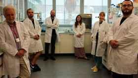 El equipo de investigadores en su laboratorio.