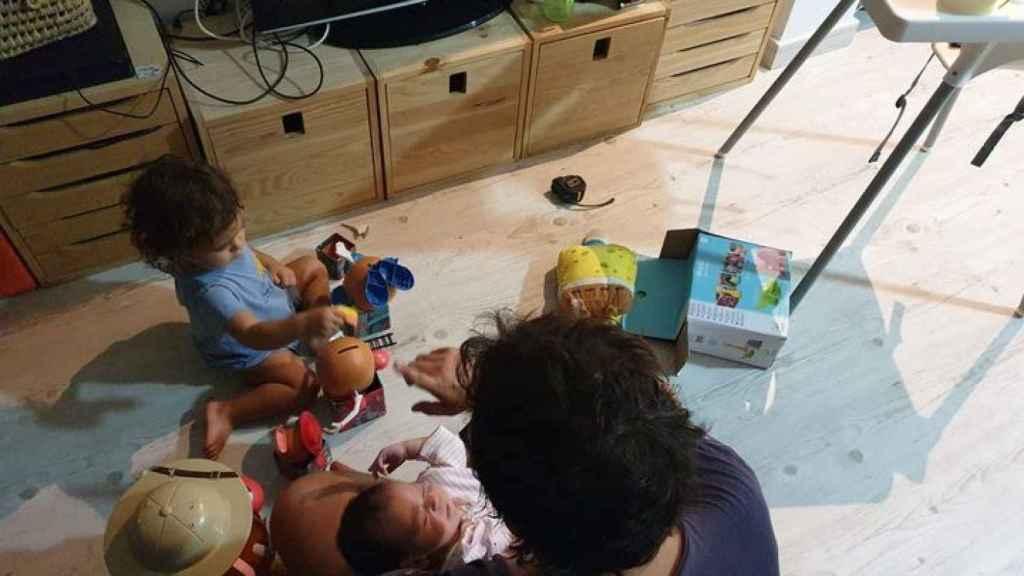 Kichi con su bebé y su hija Aurora.
