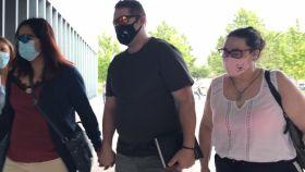 La madre de Naiara, testigo, entrando al juzgado con dos de los tres acusados en el caso.