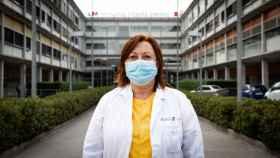 Mercedes, auxiliar de enfermería, a la entrada del Hospital Infanta Leonor.