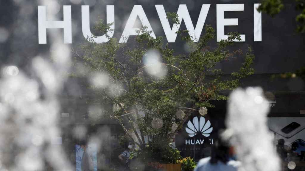 Logo de Huawei  en una tienda de un centro comercial en Beijing, en una imagen de archivo.