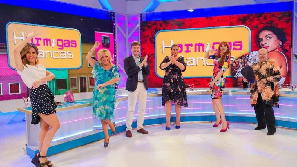 Valeria Vegas junto a Carlota Corredera, Rappel, Nuria Marín, Lydia Lozano y Marc Giró en el plató de 'Hormigas Blancas'.
