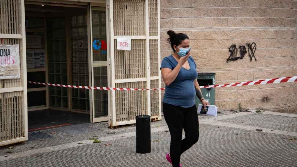 Una paciente sale de un centro de salud adscrito al Hospital Infanta Leonor.