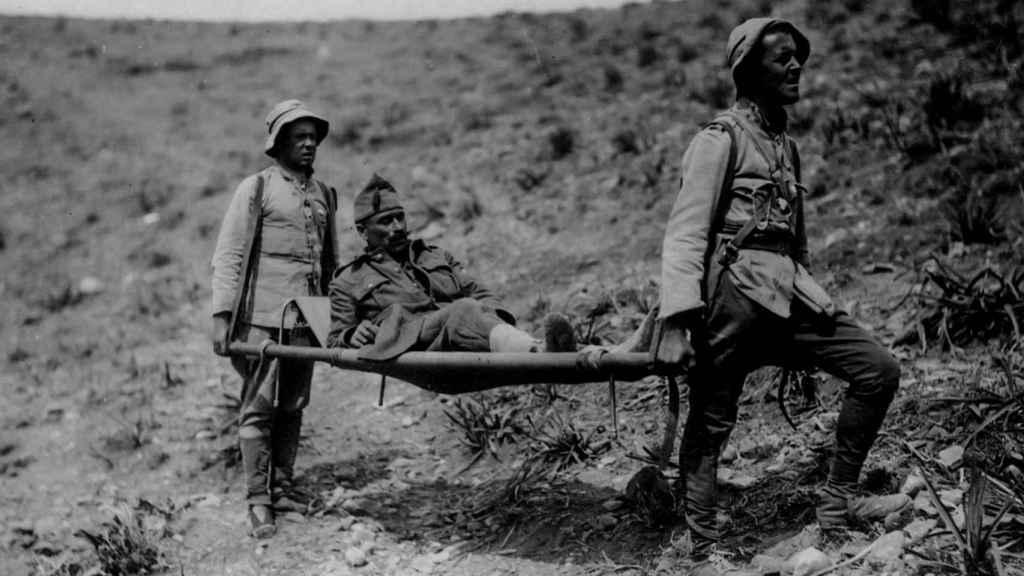 Un legionario herido es socorrido por sus compañeros.