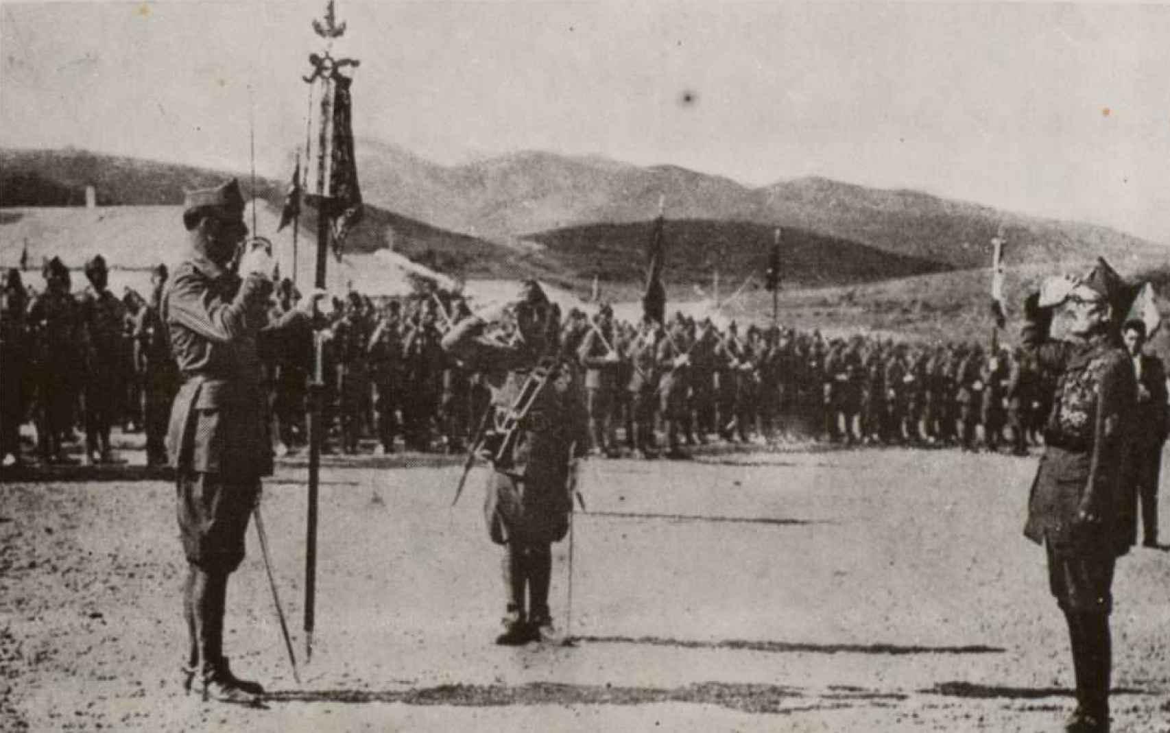Ascendido Franco a general, entrega a Millán-Astray el mando del Tercio. Enero de 1926.