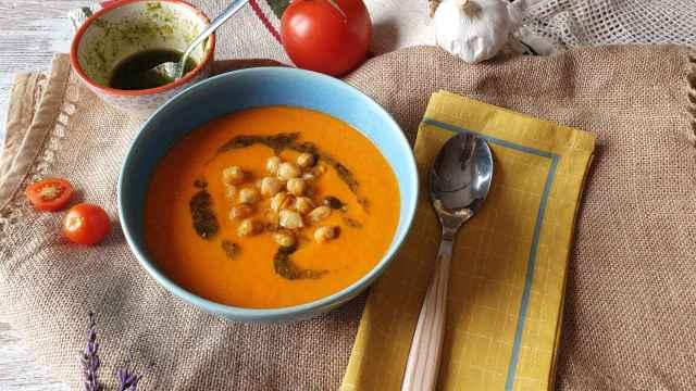 Sopa de tomate, garbanzos y pesto de avellana