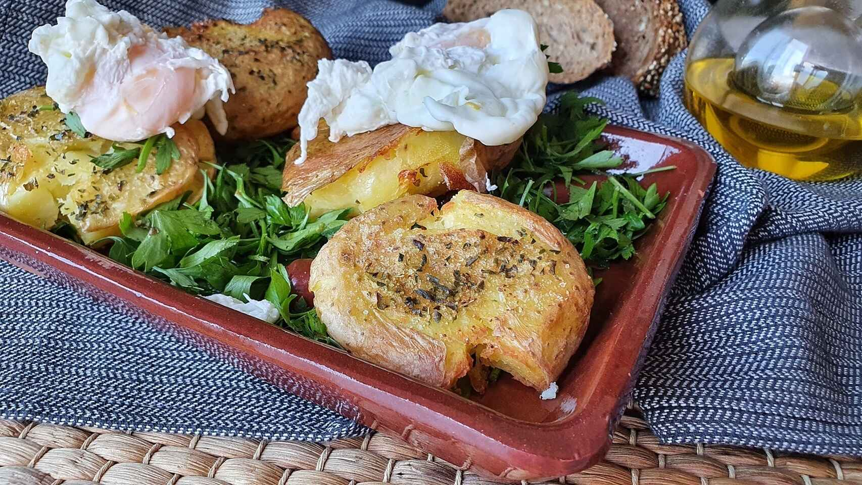 Patatas asadas crujientes con huevo poché, éxito fácil asegurado