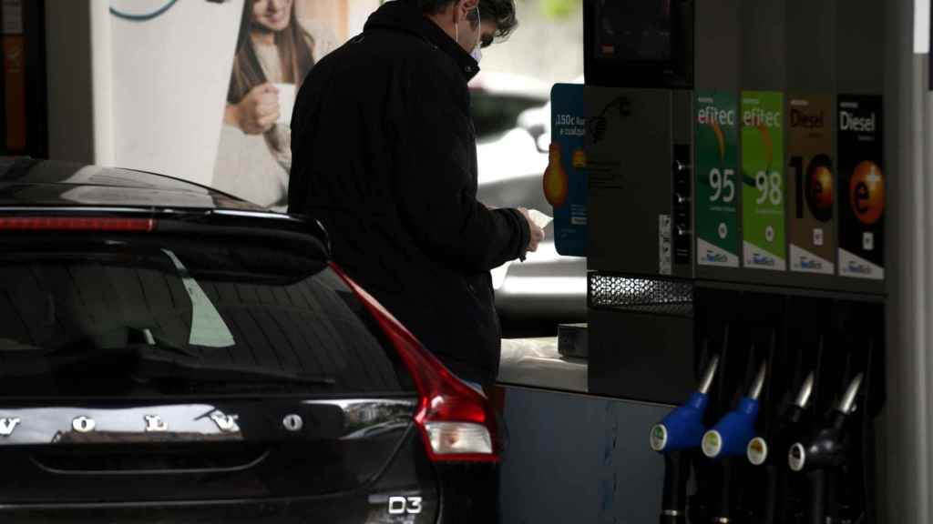 Un usuario que recorra 15.000 kilómetros al año con un coche que gaste 6 litros pagará 34 euros adicionales.