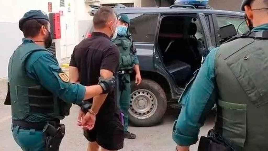 Antonio Tejón, acompañado por agentes de la Guardia Civil.