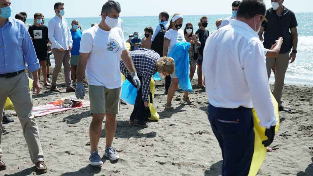 La reina Sofía recogiendo basura en las playas de Málaga.