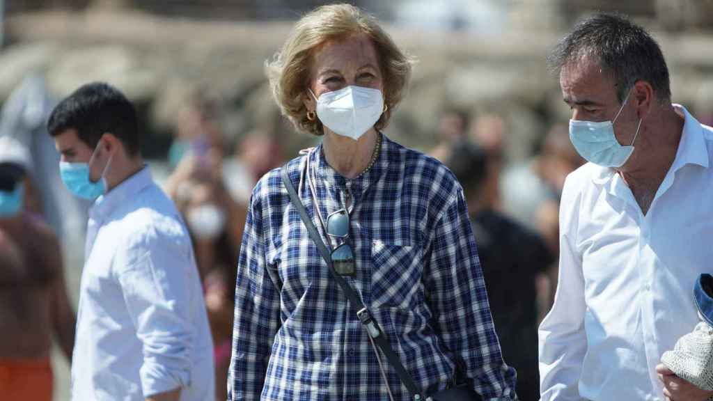 La reina Sofía con mascarilla y guantes en las playas de Málaga.