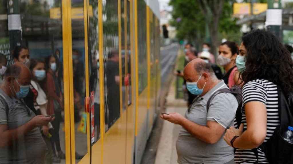 Varios pasajeros esperan en la estación de Cais de Sodre, en Lisboa. Reuters