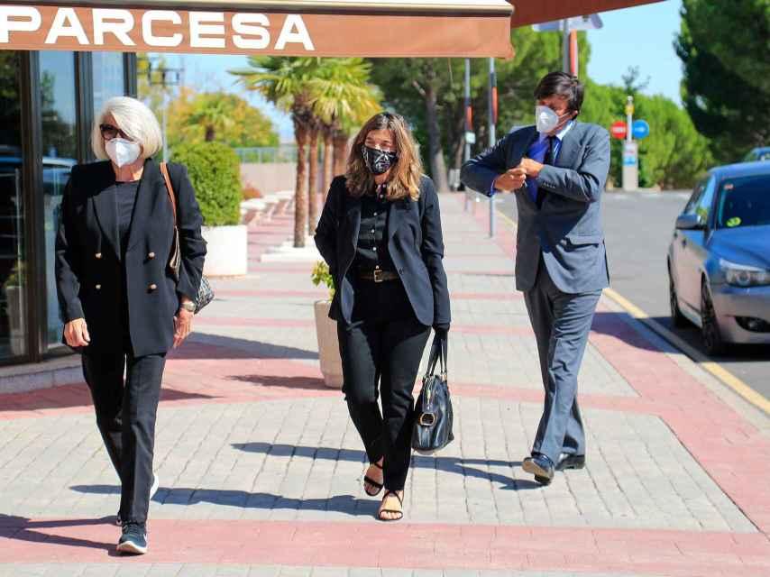 Xandra y Manuel Falcó junto a su madre, Jeannine Girod, en el funeral de Jaime Carvajal.