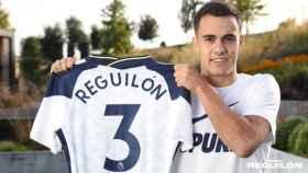 Reguilón posando con la camiseta del Tottenham
