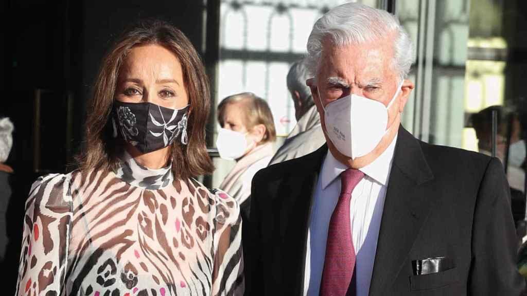 Isabel Preysler y Mario Vargas Llosa a las puertas del Teatro Real.