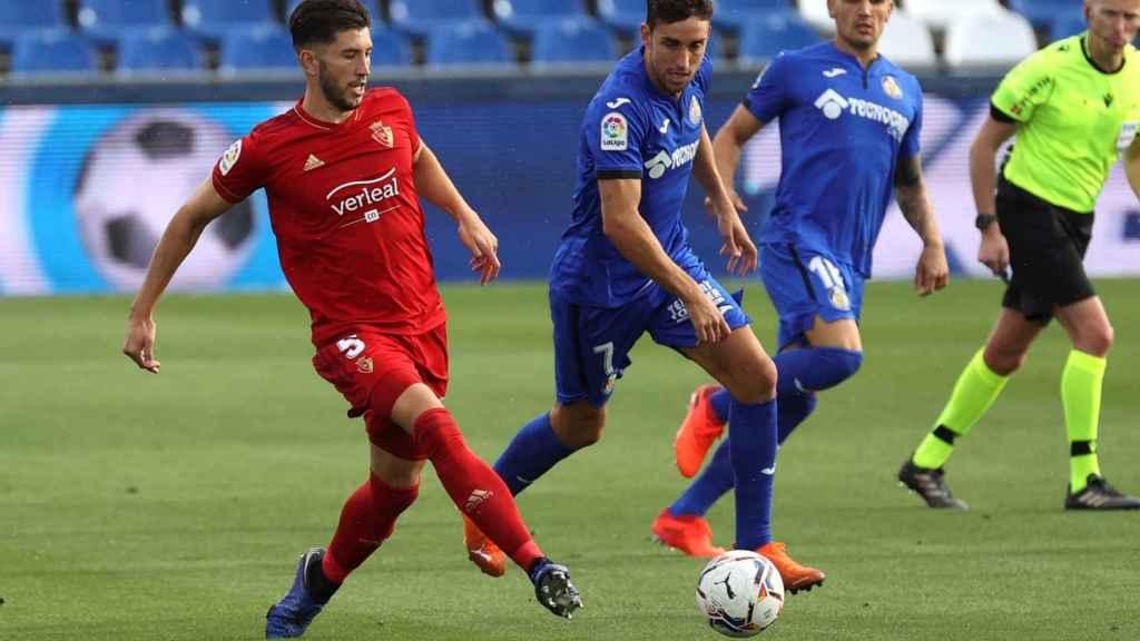 David García intenta sacar el balón ante Jaime Mata