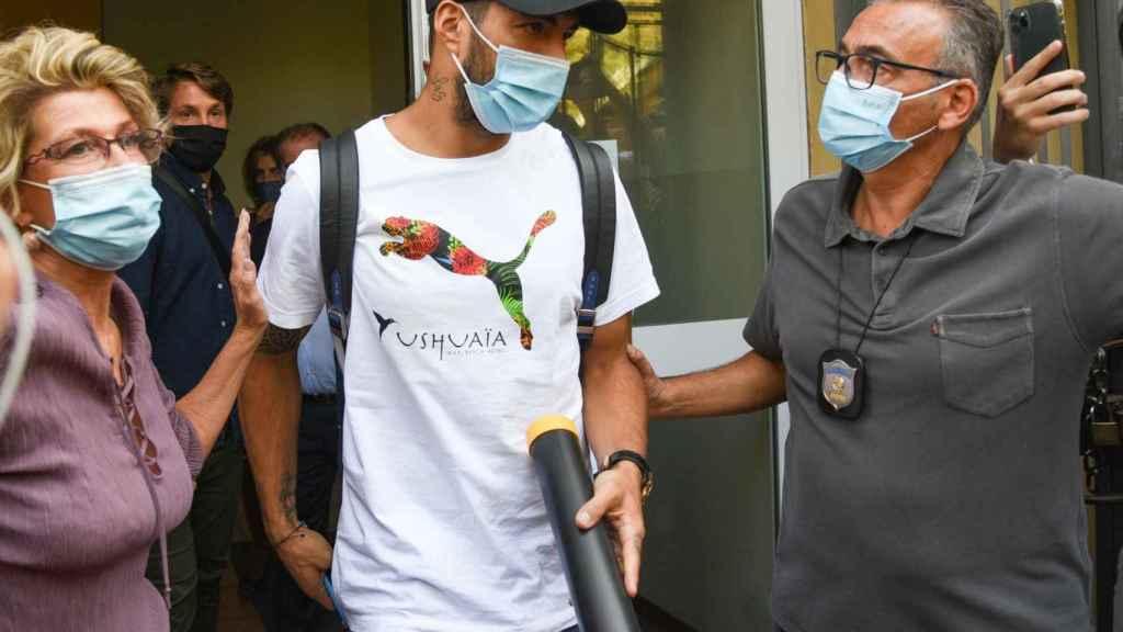 Luis Suárez en Italia tras realizar el examen necesario para el pasaporte