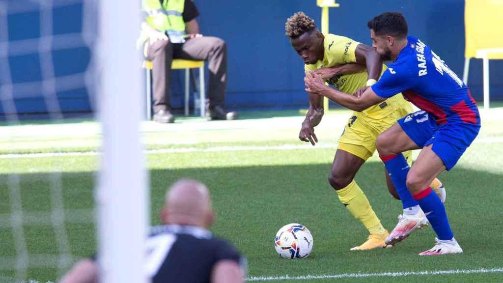 Samuel Chukwueze, jugador del Villarreal, defendiendo un balón