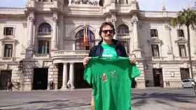 Giuseppe Grezzi exhibe la camiseta en la que aparece azotando a Rita Barberá. EE