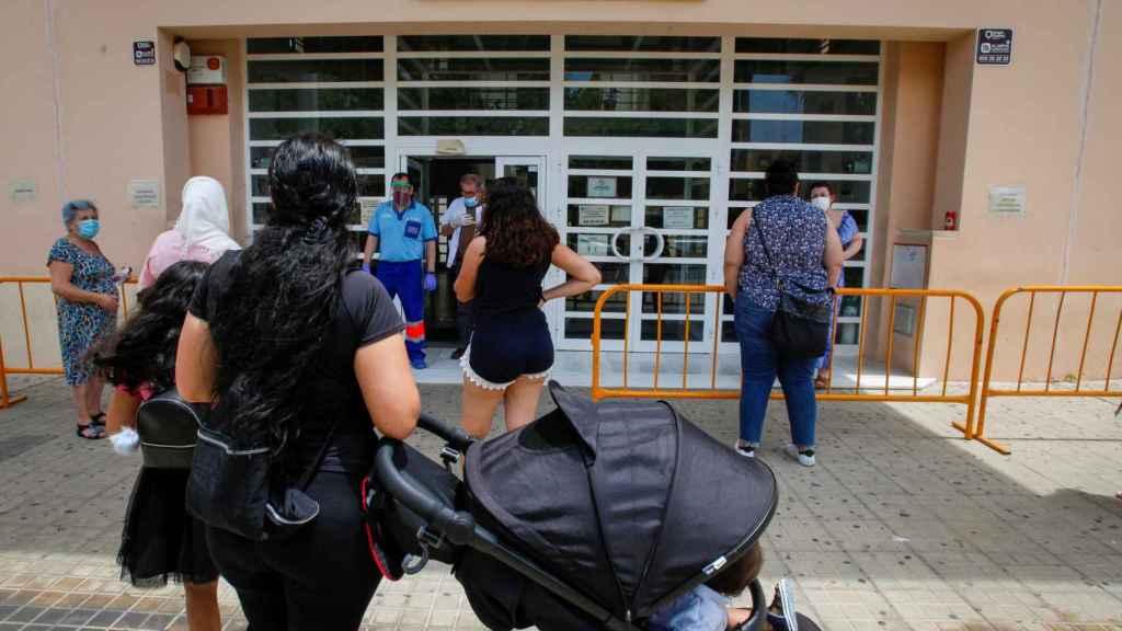 Vecinos de Lepe (Huelva) acuden a un Centro de Salud de la localidad onubense.