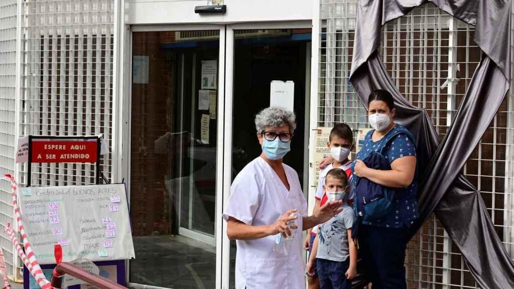 Una sanitaria con gel hidroalcohólico en el ambulatorio de Buenos Aires de Vallecas este jueves.