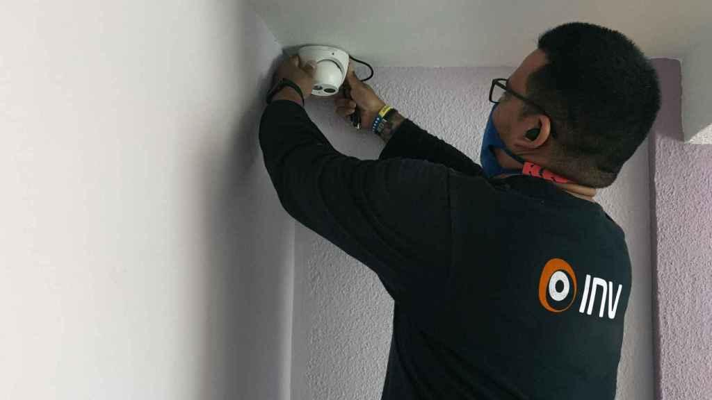 Un técnico instalando la sirena, conectada a la alarma antiokupas.