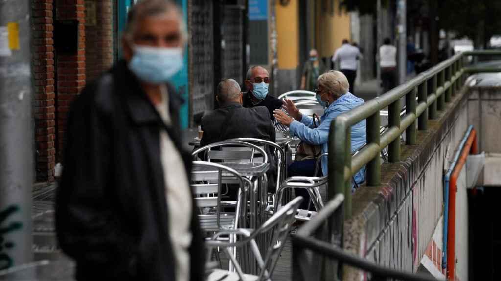 Vecinos de Carabanchel sentados en la terraza de un bar de su barrio este domingo.
