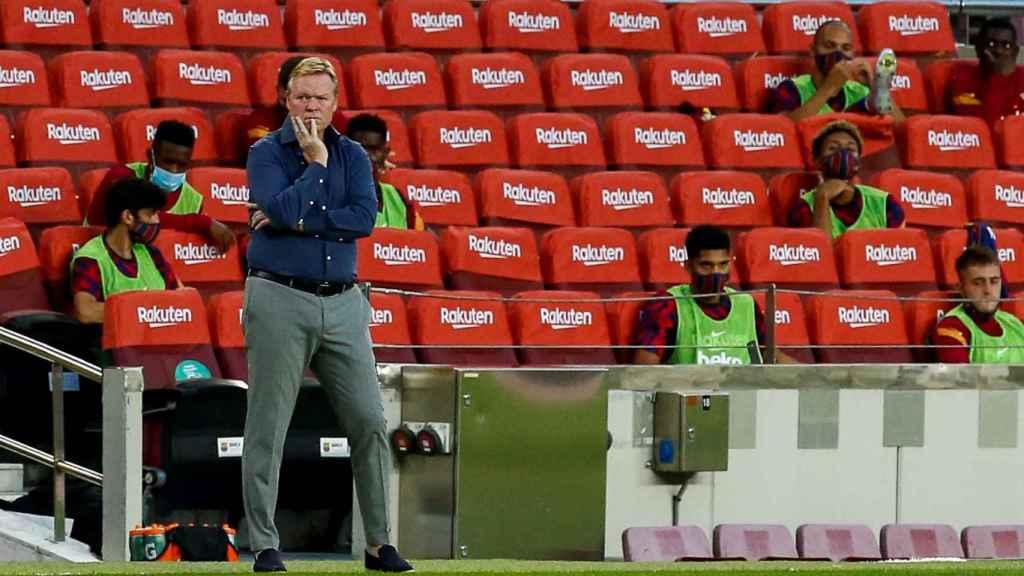 Koeman en el banquillo del Barça