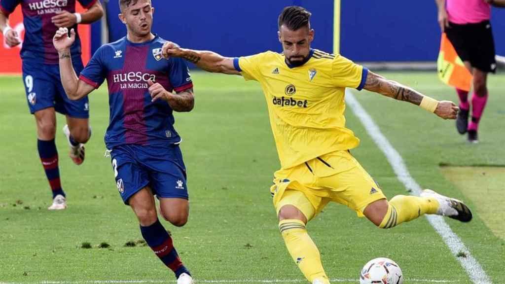 Álvaro Negredo ante Pablo Maffeo, en el Huesca - Cádiz de la jornada 2 de La Liga