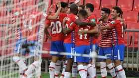 Piña de los jugadores del Granada para celebrar el gol ante el Alavés en la jornada 2 de La Liga