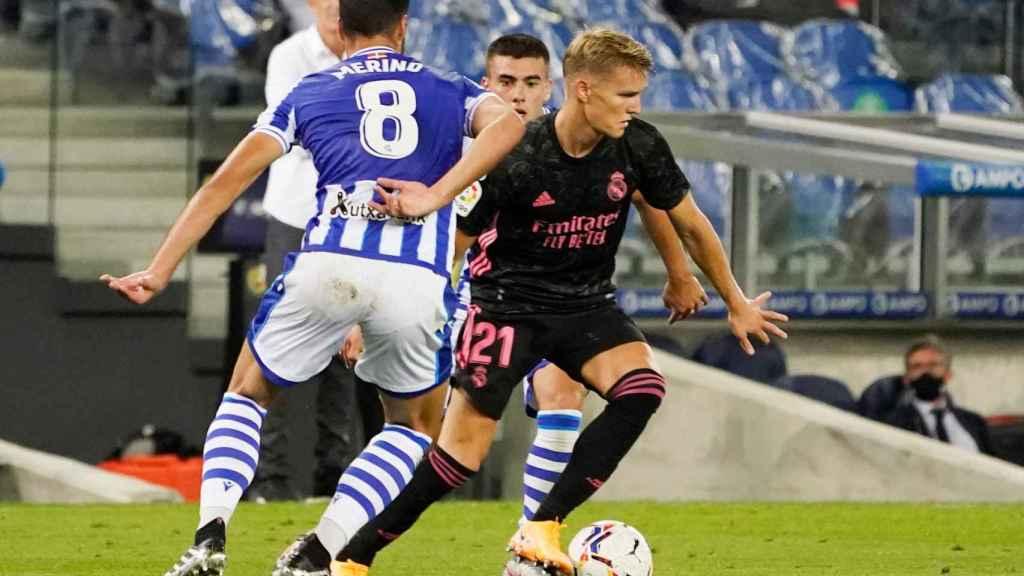 Mikel Merino presiona a Martin Odegaard