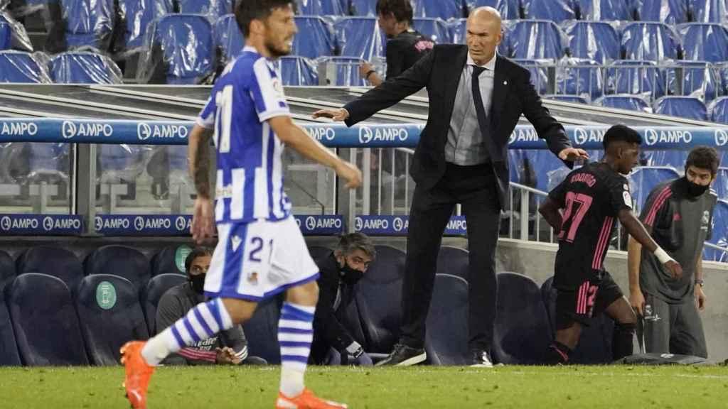 Zidane da órdenes a los jugadores del Real Madrid desde la banda del Reale Arena