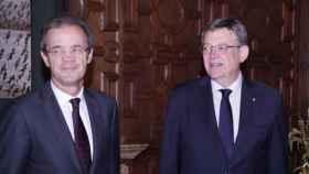 Jordi Gual, presidente de CaixaBank, junto al presidente valenciano, Ximo Puig. EE