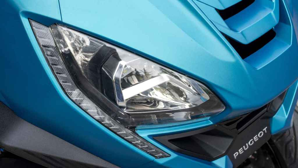 También los faros son similares a los de un automóvil.