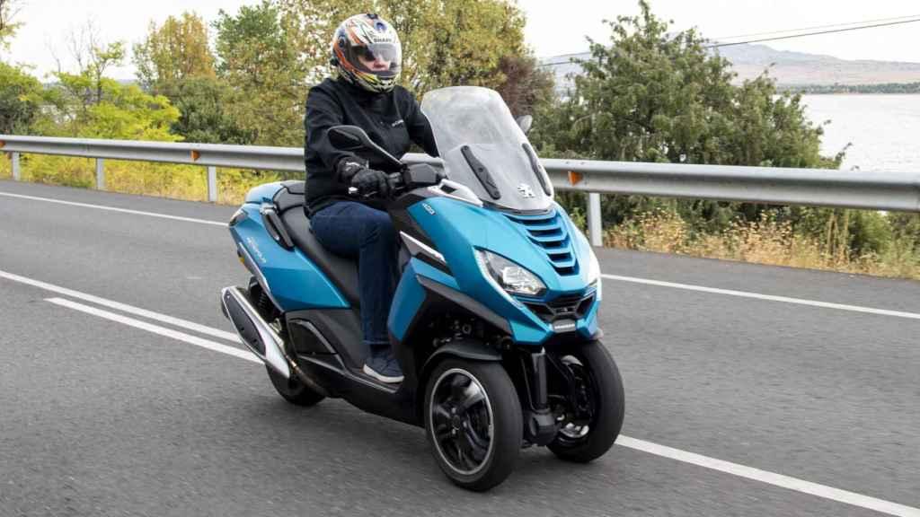 Su velocidad máxima es de 135 km/h y la estabilidad en línea recta es buena.