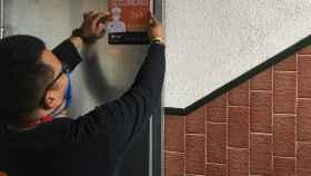 Un técnico del Grupo INV instala una alarma en un domicilio.