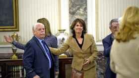 La fiscal general del Estado, Dolores Delgado, saluda al teniente fiscal del Supremo, Luis Navajas.