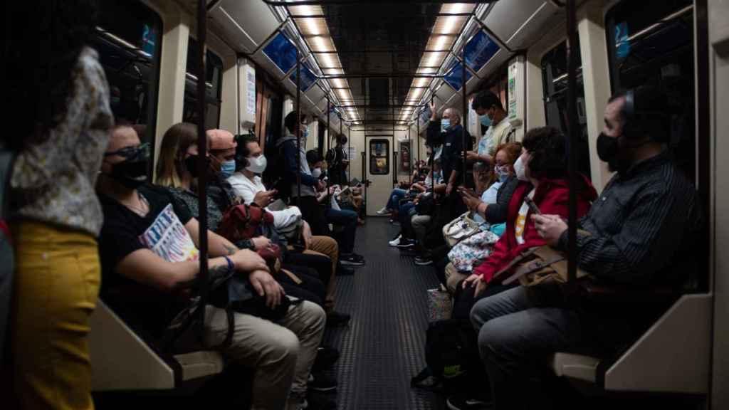 Los pasajeros, sentados de Villa de Vallecas a Sol en buena parte del trayecto.