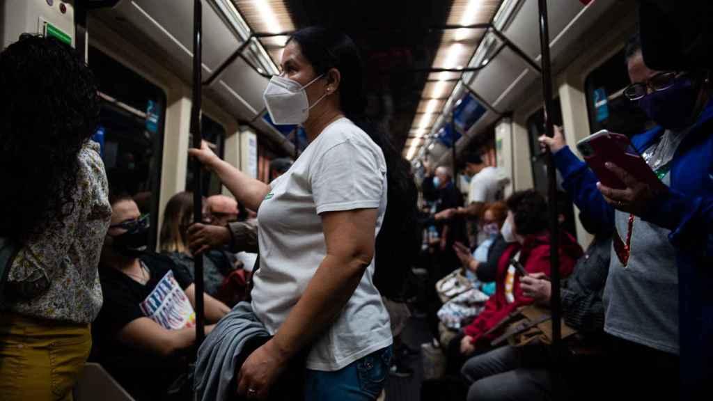 El Metro, lleno en algunos tramos de la línea 1 entre Villa de Vallecas y Sol.