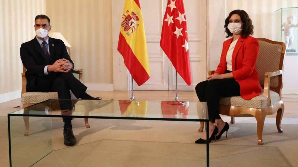 El presidente del Gobierno, Pedro Sánchez, y la presidenta de Madrid, Isabel Díaz Ayuso, este lunes en la Real Casa de Correos.