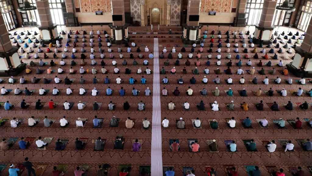 Musulmanes rezando dentro de una mezquita.