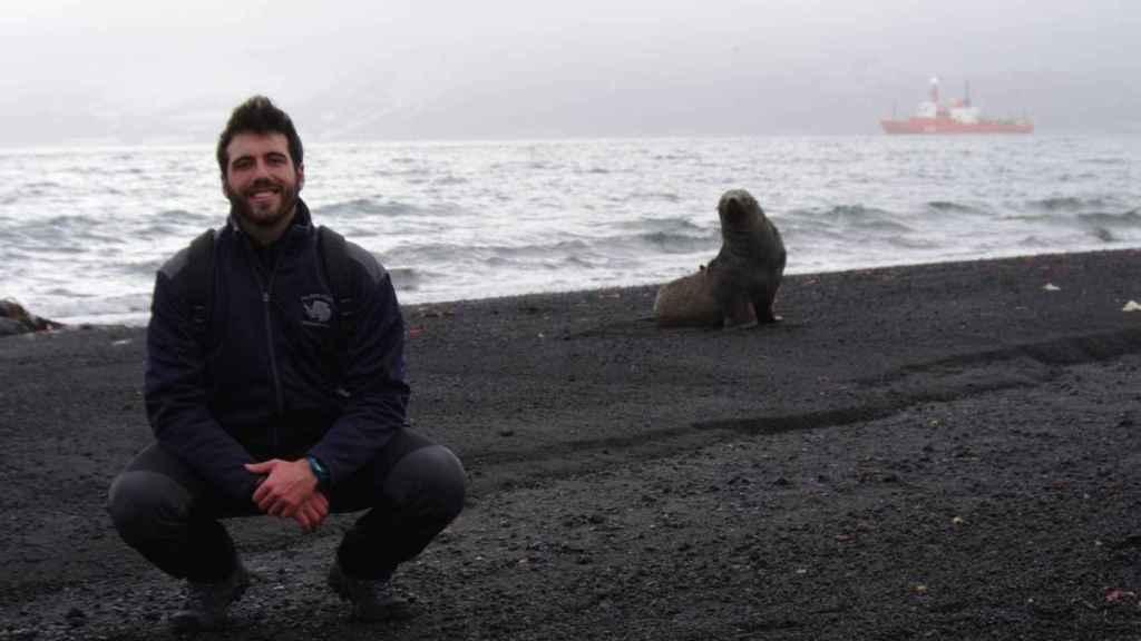 Pablo Rodríguez, junto a un lobo marino antártico en 2015.