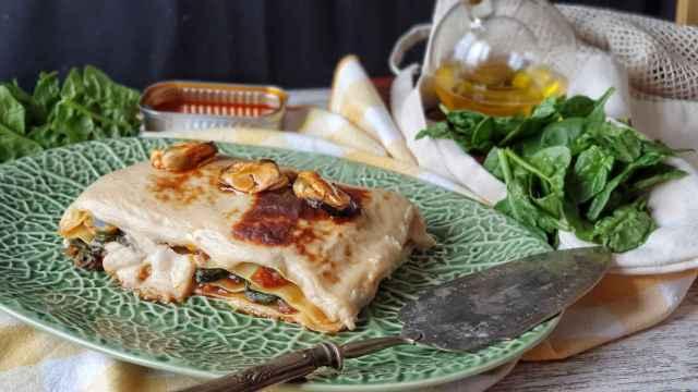 Lasaña de mejillones en escabeche y espinacas, cocina con conservas
