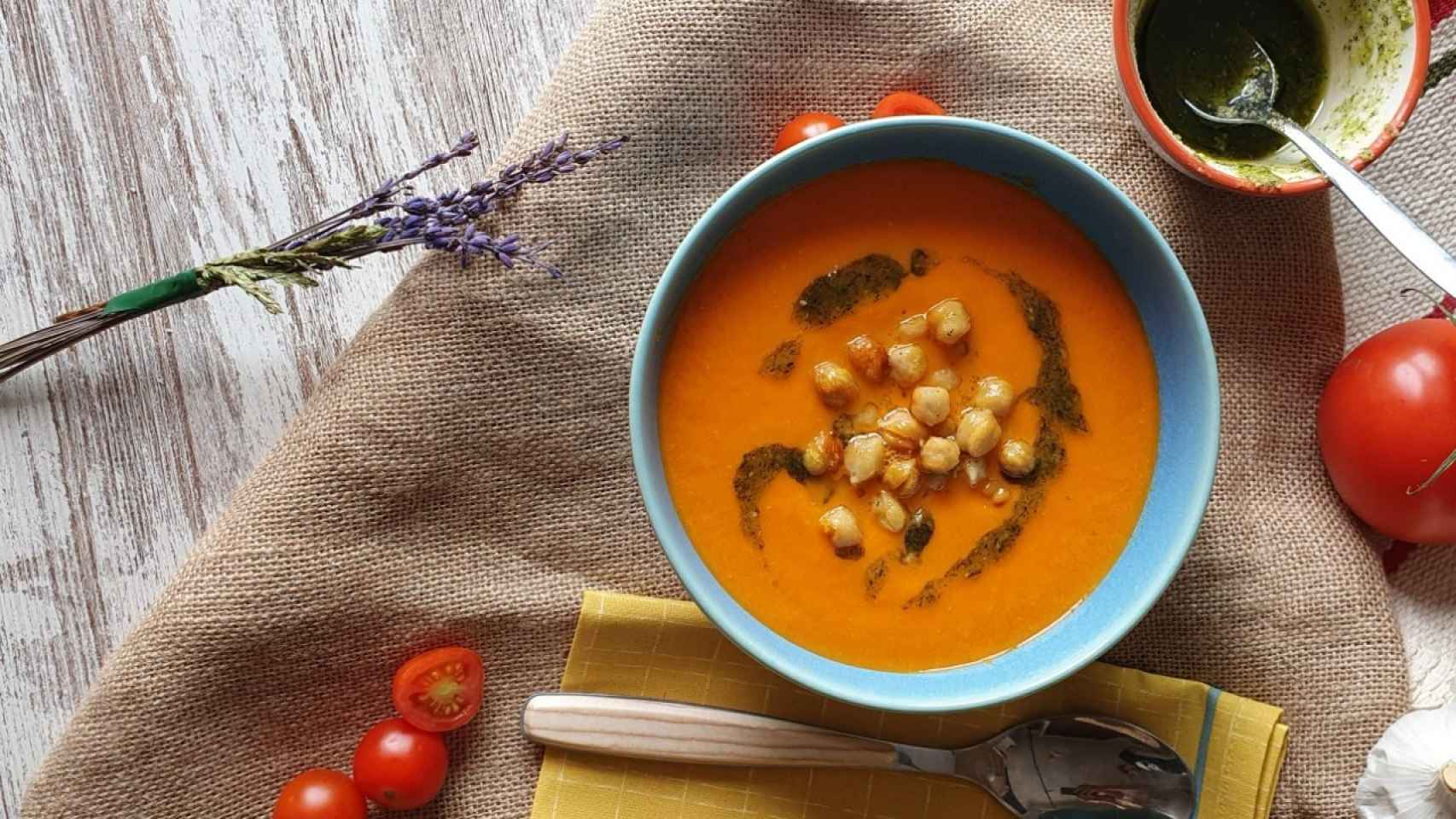 Sopa de tomate, garbanzos tostados y pesto de avellanas