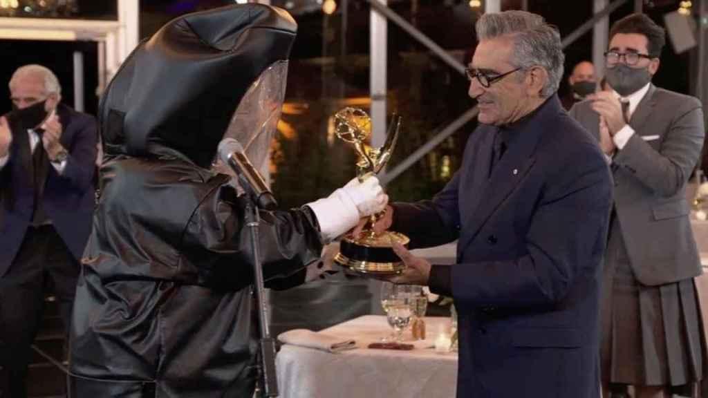 Quizás la foto más reveladora de la gala. Eugene Levy recibiendo su galardón.